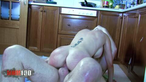 Eva Lange défoncée dans sa cuisine photo 4