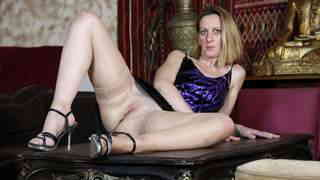 Vieille blonde fait un show sensuel   photo 06