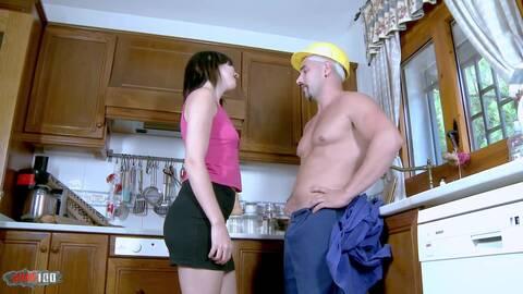 Femme au foyer baisée par le plombier ...photo 2