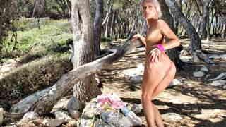 La belle blonde Nicky Wayne se déshabi...photo 4