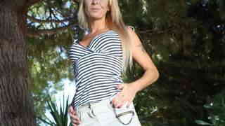 La MILF blonde Tamarah Dix faisant un ...photo 1